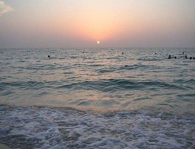 Zapadající slunce na pláži