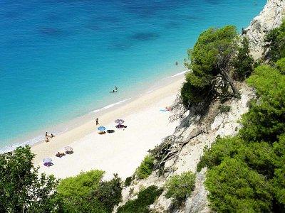 Pláž Egremni - a na fotce je nejvyšší koncentrace turistů, jakou jsem tam v sezoně zažila. Spíš jich bývalo méně. (nahrál: Tonka)