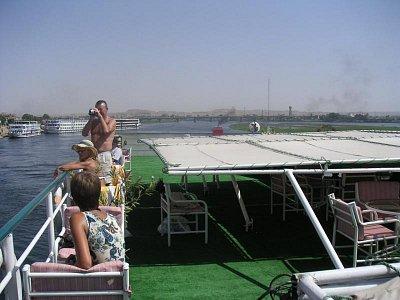 Sklopená stříška na palubě kvůli mostu, pod kterým proplouvá (nahrál: admin)