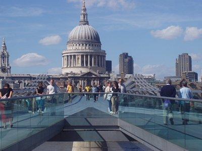 Pohled na katedrálu přes Millenium Bridge (nahrál: admin)