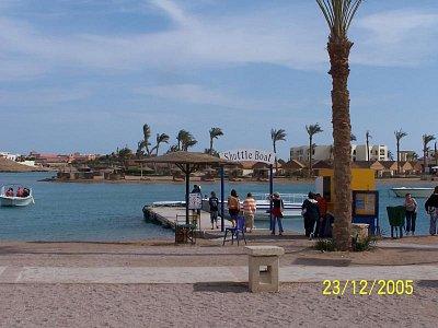 Výlet lodí z Hurghady do El Gouny - různé pohledy z lodi - zde např. na hotel Panorama (nahrál: Kaki92)
